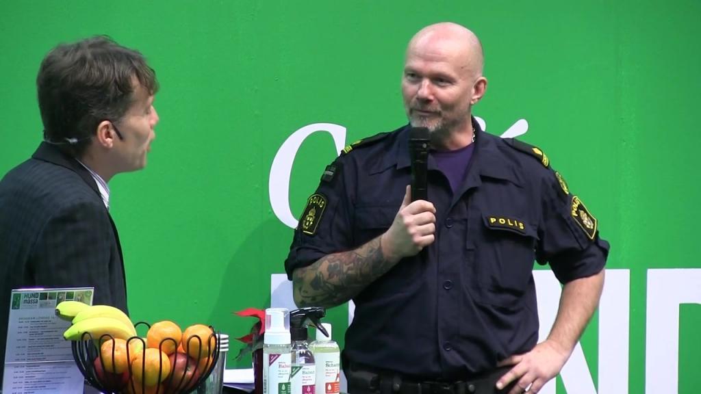 Polishunden och händelser skildrade i tjänsten