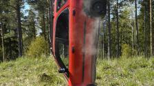 Bil släpptes från lyftkran för att simulera vad som händer vid en olycka i 50 km/tim